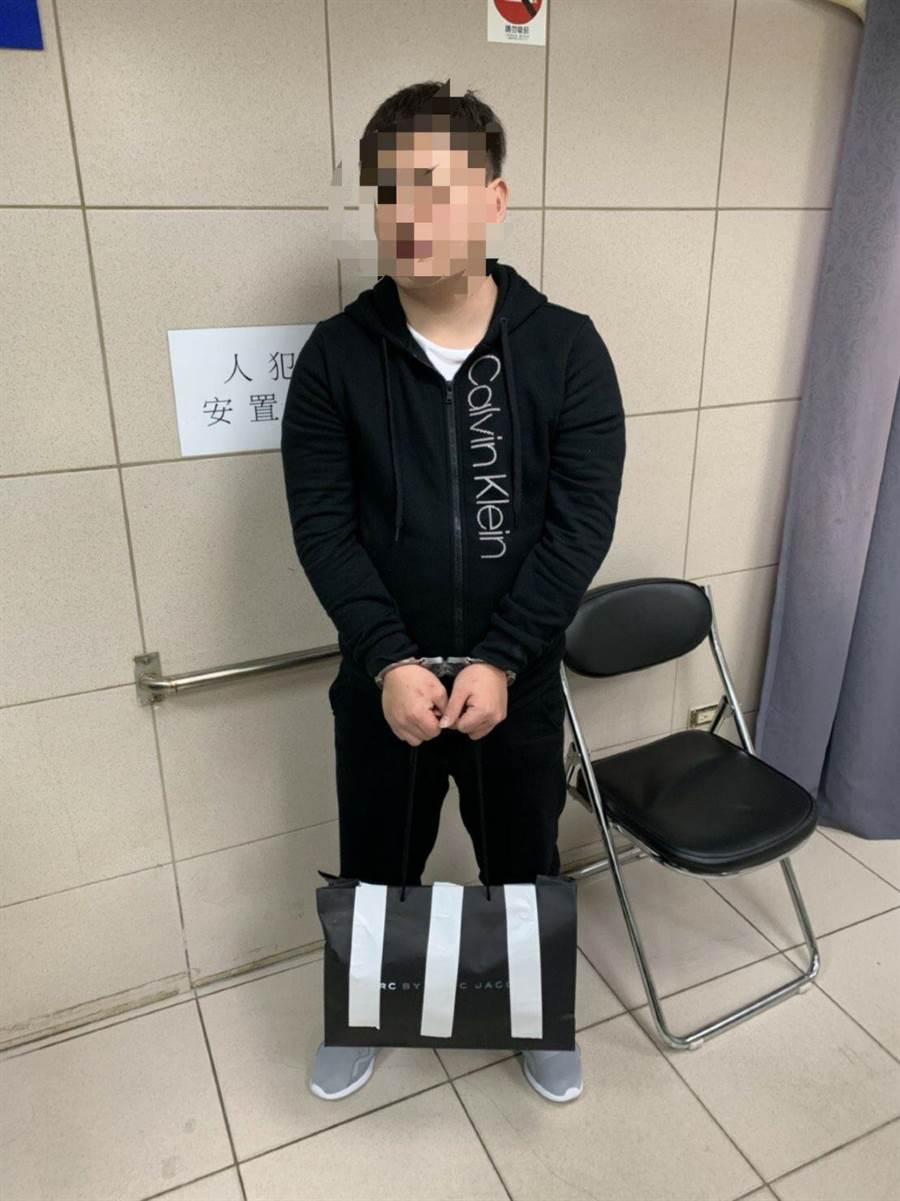 警方當場將出面取款的蕭姓車手制伏逮捕。(林郁平翻攝)
