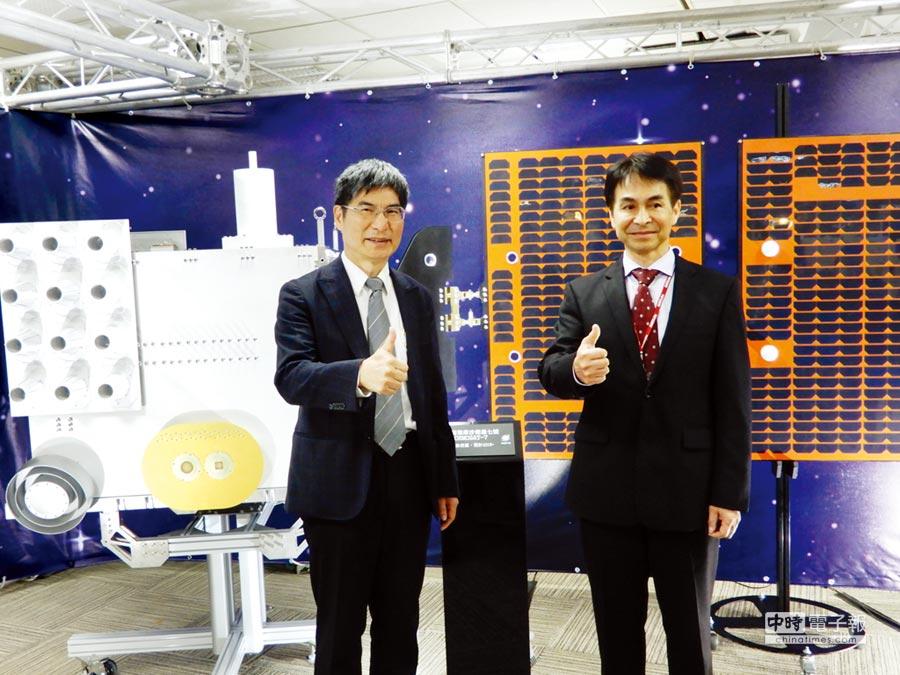 科技部長陳良基(左)13日宣布啟動第三期太空計畫。圖/林志成