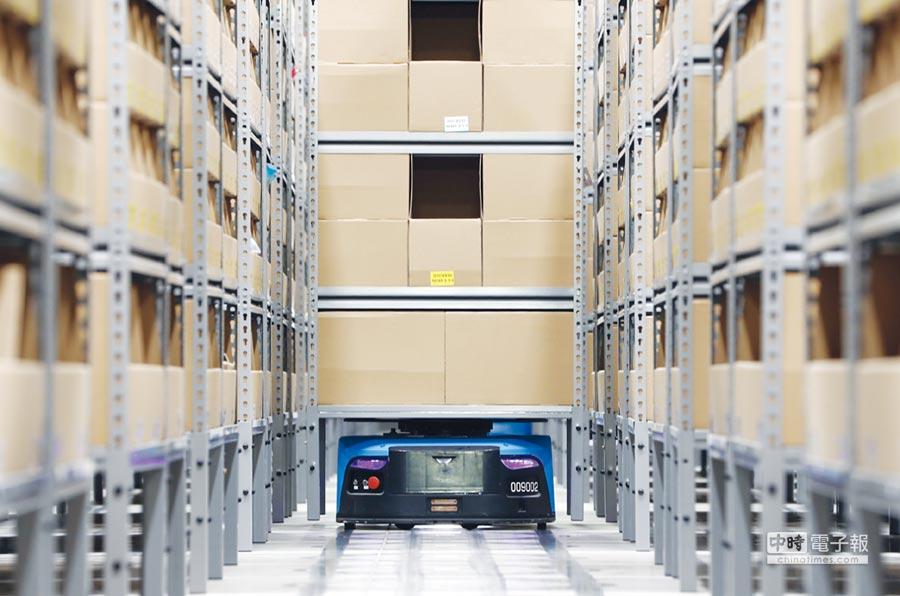 物聯網、AI、自動化運輸等技術發展已帶來破壞式的創新。圖為物流倉儲中的「機器人揀貨員」之示意圖。圖/新華社