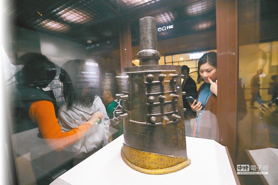 剛接故宮博物院長的吳密察昨表示,重要文物當然要輪流到南部去展示。圖為遊客參觀鎮館之寶「宗周鐘」。(張鎧乙攝)