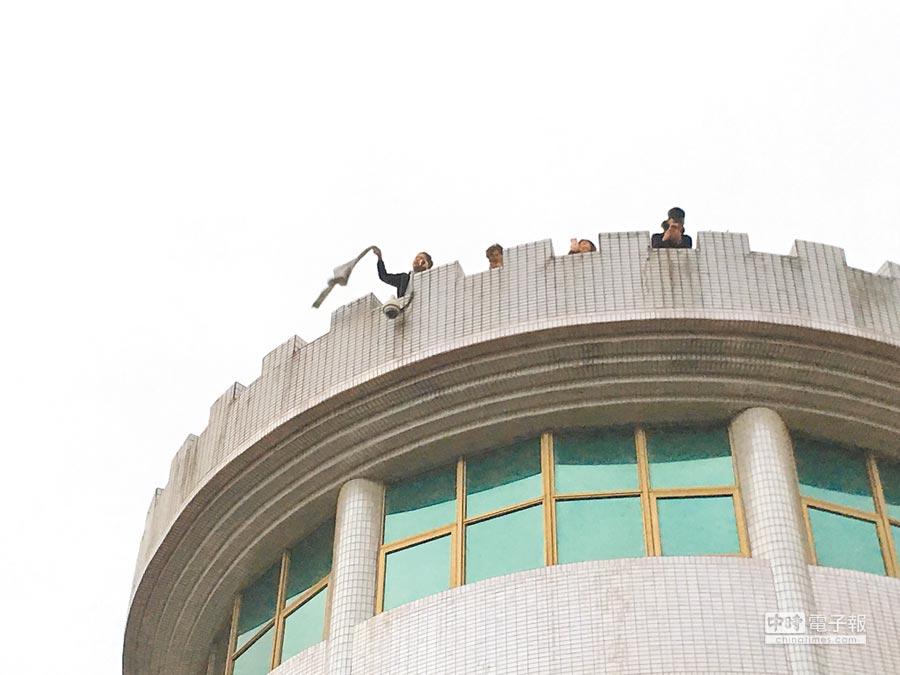 文化大學大典館發生火警,受困的學生在6樓陽台呼救。(李文正翻攝)