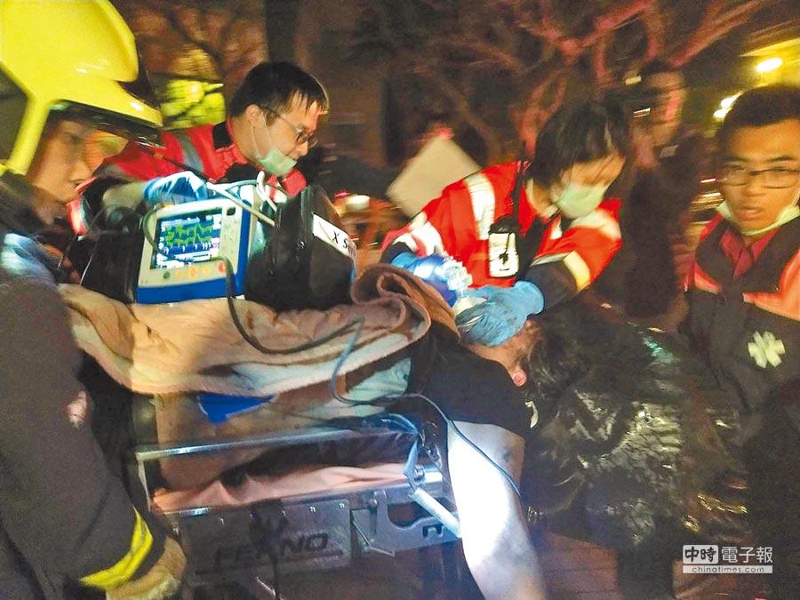 中國文化大學大典館13日下午驚傳火警,多人受困,警消獲報馳援,晚間已陸續協助人員脫困,但有2人傷勢危急,緊急送醫搶救。(中央社)