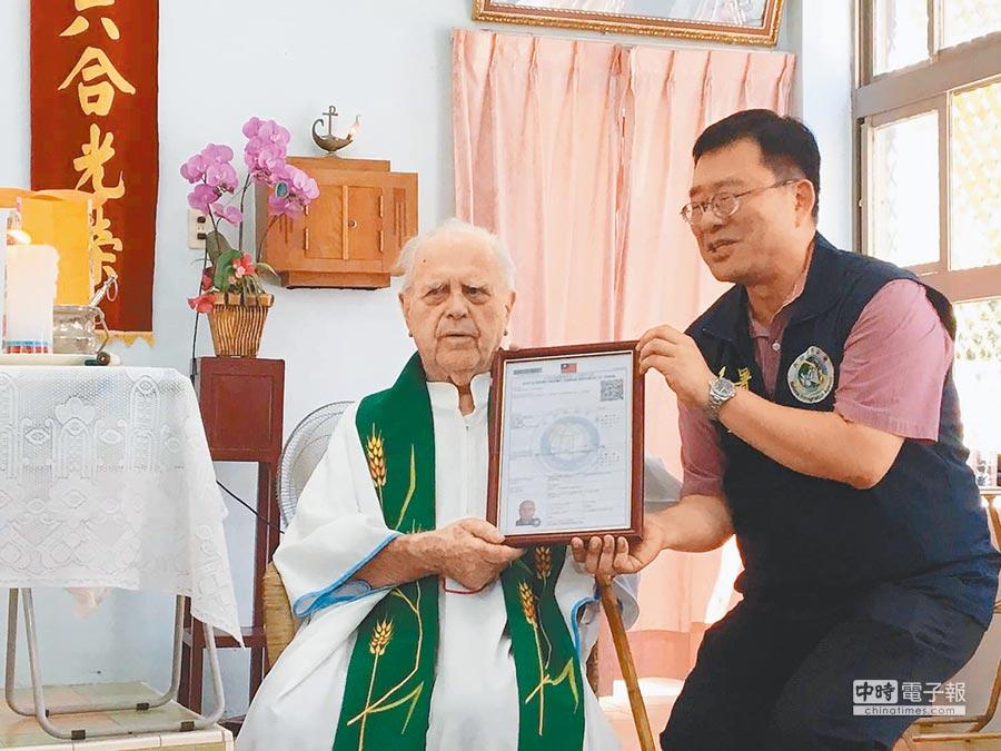 教友感念已故洋神父潘世光(左),自籌募款設館紀念「河東天使」。(本報資料照片)
