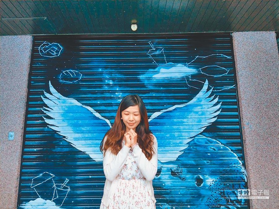 花蓮黎明教養院最近完成「銀河之翼」,教養院職員工先睹為快,紛紛充當天使。(范振和攝)