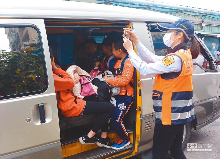補習班8人座交通車硬塞15名學童,稽查人員一開門,坐在門旁的學童雙腳皆露出車外。(巫靜婷攝)