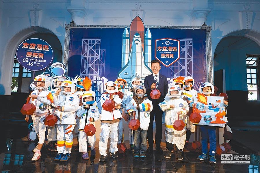 小小太空人鬧元宵,新竹市府將送出5000個探索小燈籠。      (邱立雅攝)