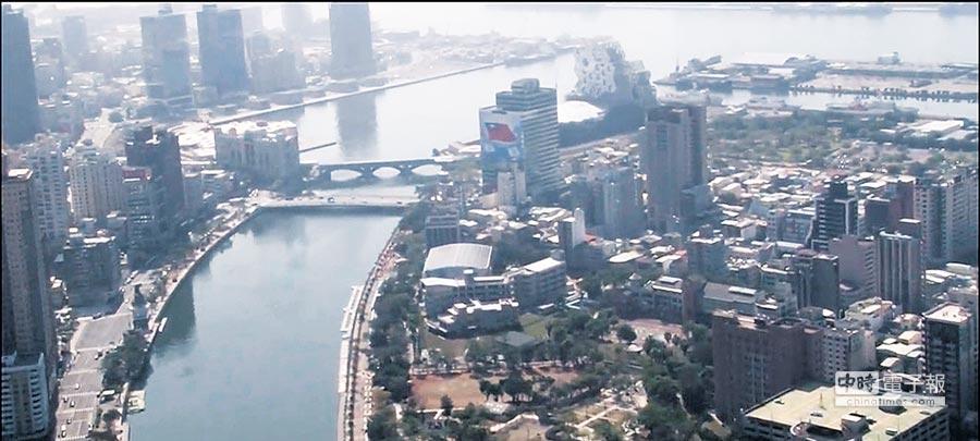 高雄巿長韓國瑜13日率隊坐直升機空中視察愛河流域,對空汙嚴重問題表示嚇了一大跳。(高巿府新聞局提供)