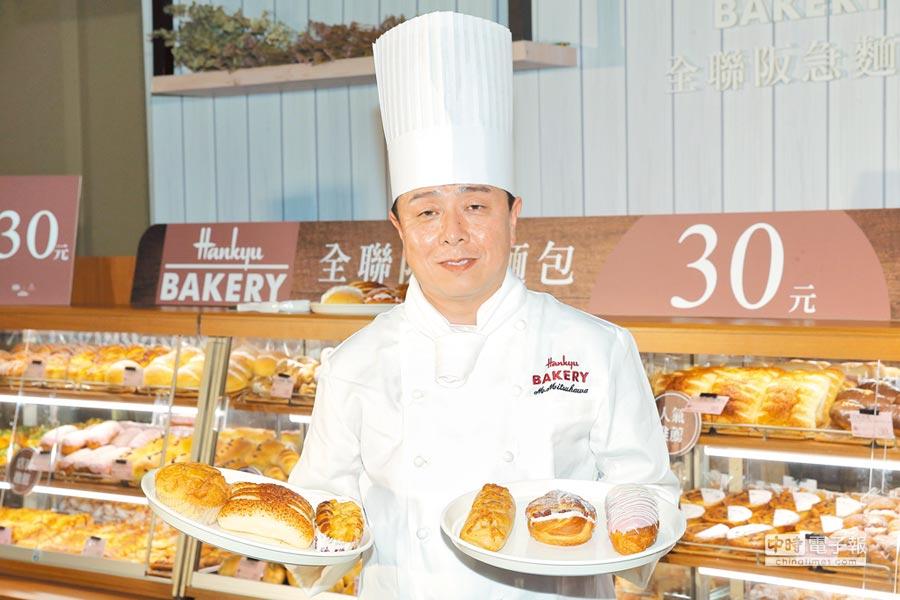 日本烘焙主廚手持Hankyu BAKERY全聯阪急麵包熱銷前3名的丹麥菠蘿(左起)、帕瑪森起司燒、明太子乳酪麵包,與2月新推出的辣味起司麵包、莓果甜心麵包、草莓閃電泡芙,每款皆30元。(盧禕祺攝)
