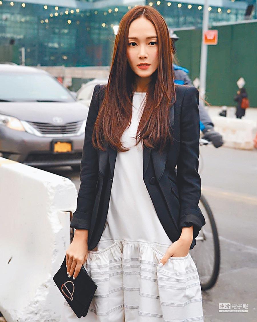 鄭秀妍Jessica最近跑遍紐約時裝周各大秀,穿Proenza Schouler白色洋裝搭外套。(擷自微博)
