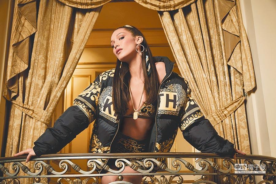 貝拉哈蒂德拍攝Kith x Versace聯名系列形象廣告。(Versace提供)