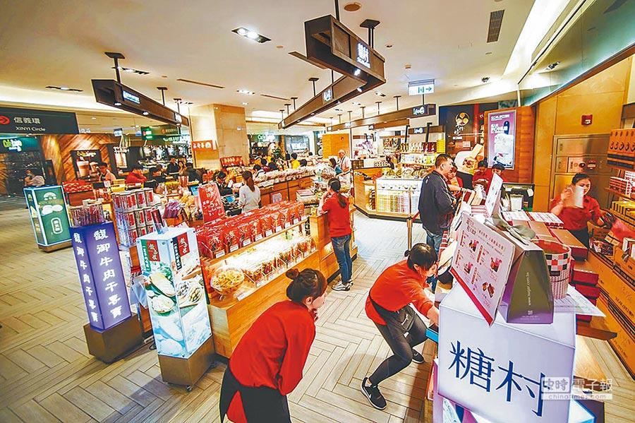 今年來台陸客團大減,致台北101大樓伴手禮商店門可羅雀。(本報系資料照片)