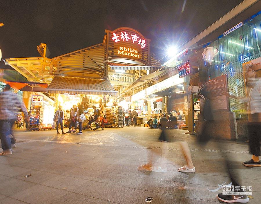 陸客遊台人數銳減,昔日士林夜市在用餐時刻人聲鼎沸,現今假日用餐時分人潮 稀疏。(本報系資料照片)