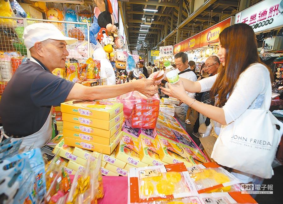 陸客來台觀光降溫,全省夜市營業額大幅縮水。圖為南韓旅客在購買台灣製的芒果乾等伴手禮。(本報系資料照片)