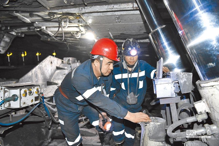大陸燃煤機組實施超低排放改造,圖為2月12日,寧夏棗泉煤礦礦工在井下進行設備維護。(新華社)