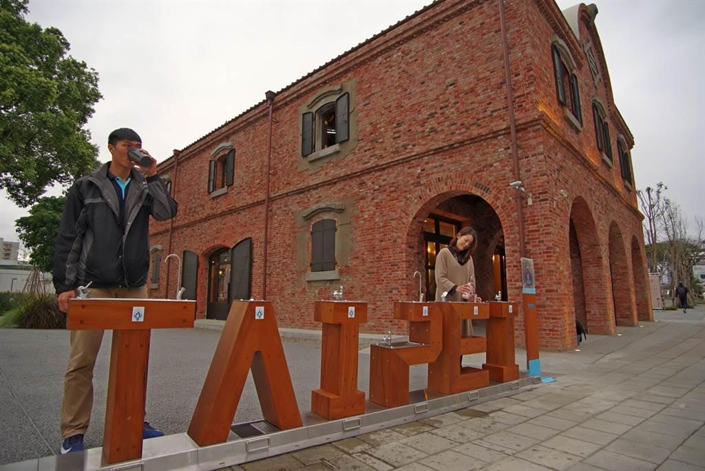 台北自來水事業處首度推出「TAIPEI行動直飲台」,時尚木紋造型與三井倉庫的洋式紅磚建築相互輝映。(張立勳攝)