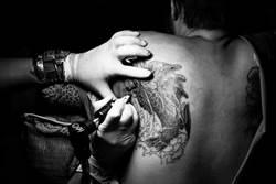 影》刺青刺到乳頭、耳朵不見了!男爽喊「棒呆了」