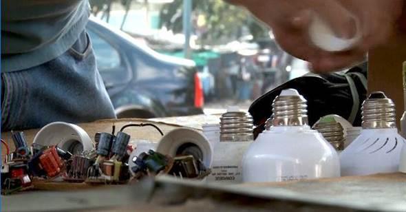 伊利佩納每周能修理多達100個燈泡。