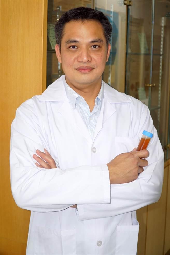 大葉大學藥保系助理教授蔡仁傑萃取不同的大蒜成分,發現大蒜水加熱過後食用確實有預防過敏的保健效果。(謝瓊雲翻攝)
