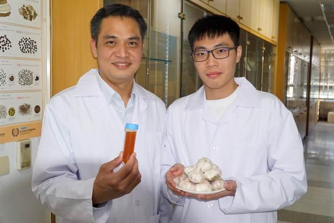 大葉大學蔡仁傑(左)師生團隊研究發現,大蒜的水溶性成分才能改善過敏引發的發炎問題。(謝瓊雲翻攝)
