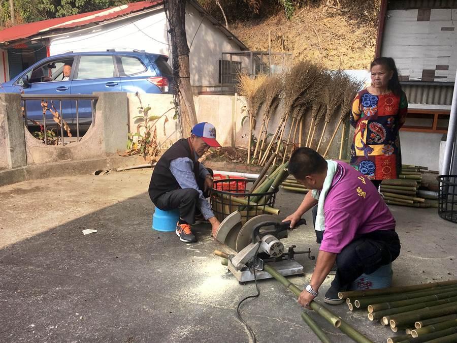 仙楂腳「火把繞庄」,今年提早到16日周末舉辦,該庄居民這兩天已開始在廟埕準備火把材料。(沈揮勝攝)