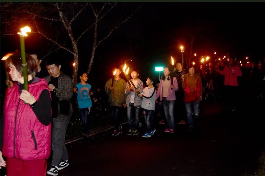 仙楂腳「火把繞庄」,參與的民眾超過全村常住人口的5倍,轟動熱鬧。(本報資料照片/沈揮勝攝)