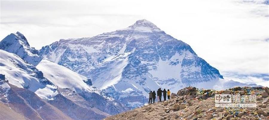 2015年11月24日,在珠峰大本營拍攝的珠穆朗瑪峰。(新華社)