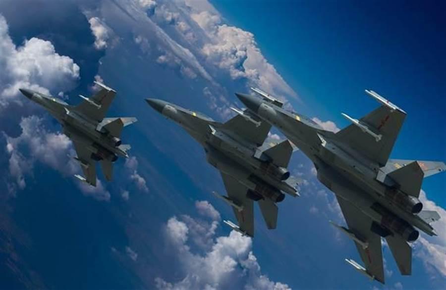 解放軍空軍殲-16戰機進行飛行訓練的資料照。(新華社)