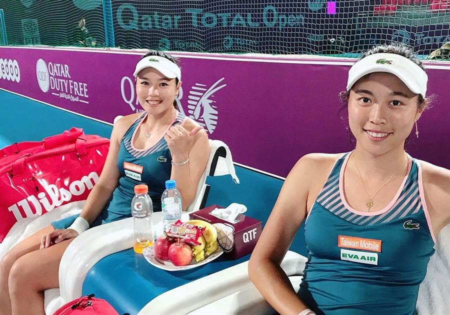 詹詠然(左)、詹皓晴姊妹在卡達女網賽打入女雙決賽,問鼎年度第2冠。(劉雪貞提供)