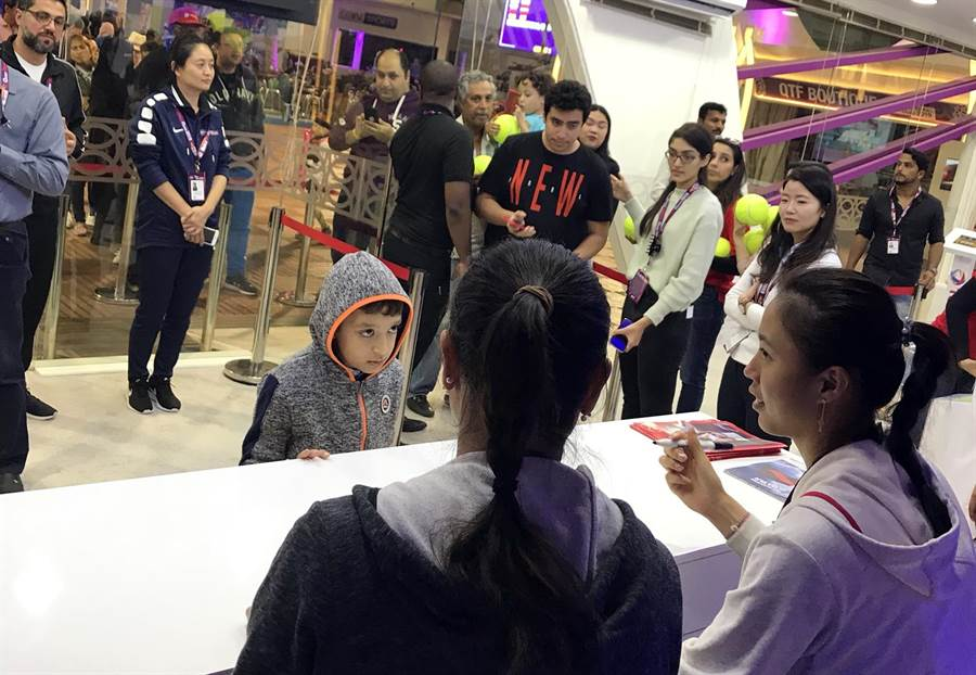 杜哈球迷相當熱情,詹家姊妹準決賽獲勝後出席簽名會,玻璃後方還排滿了球迷,因為時間關係,還有球迷沒拿到簽名,大會就宣布簽名會結束。(劉雪貞提供)
