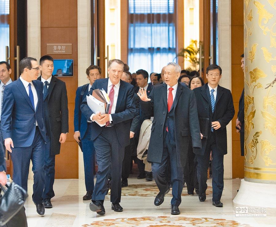 陸美經貿高級別磋商昨日在北京登場。大陸副總理劉鶴(右)、美國貿易代表萊海澤(中)及財政部長穆努欽(左)共同主持會議開幕式。(新華社)