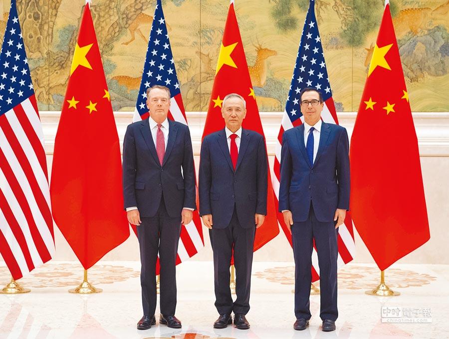 2月14日,大陸國務院副總理劉鶴(中)與美國貿易代表萊特希澤(左)、財政部長努欽(右)共同主持中美經貿高級別磋商開幕式。(新華社)