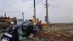 影》廂型車與拖板車相撞 1身體變形爆頭亡1重傷