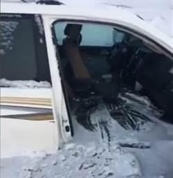驚險!越野車在冰上飄移墜冰湖 小孩死命哭喊:媽媽救我