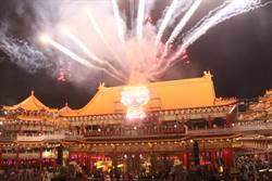 2萬發煙火照亮安南區夜空,30萬民眾湧入聖母廟爭睹