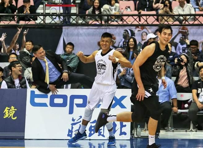 于煥亞跟白武士總教練周俊三笑成一團。(中華籃協提供)