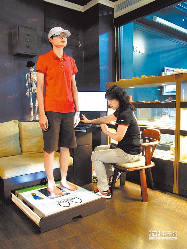 彪琥鞋業提供「足部健康掃描健診服務」透過電腦足部壓力分析系統,提供專屬客製化鞋弓墊服務及體驗足部健康新知識。圖/業者提供