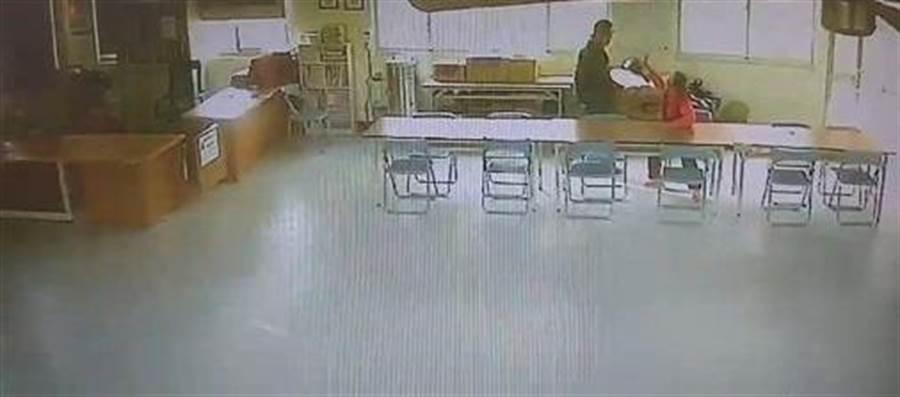 男子持報夾瘋狂攻擊老婦。(圖/翻攝畫面)