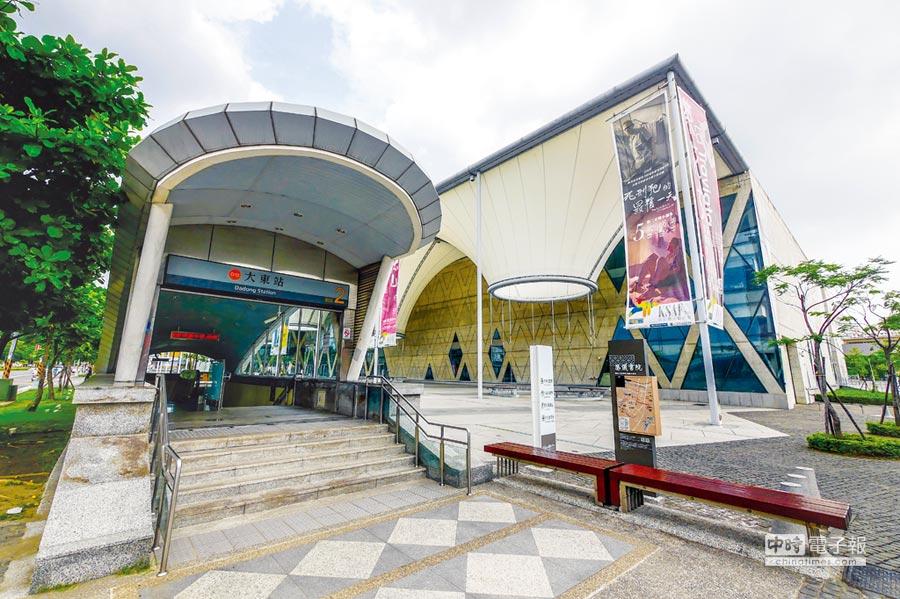 高雄捷運橘線大東站(如圖)、以及大東藝文中心生活圈,成為吸引建商推案的重要選擇。圖/顏瑞田