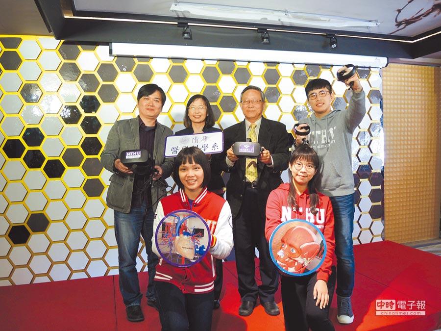 清華大學購入10套VR系統,首開「人體解剖虛擬實境教學」課程,有助於學生學習。(邱立雅攝)