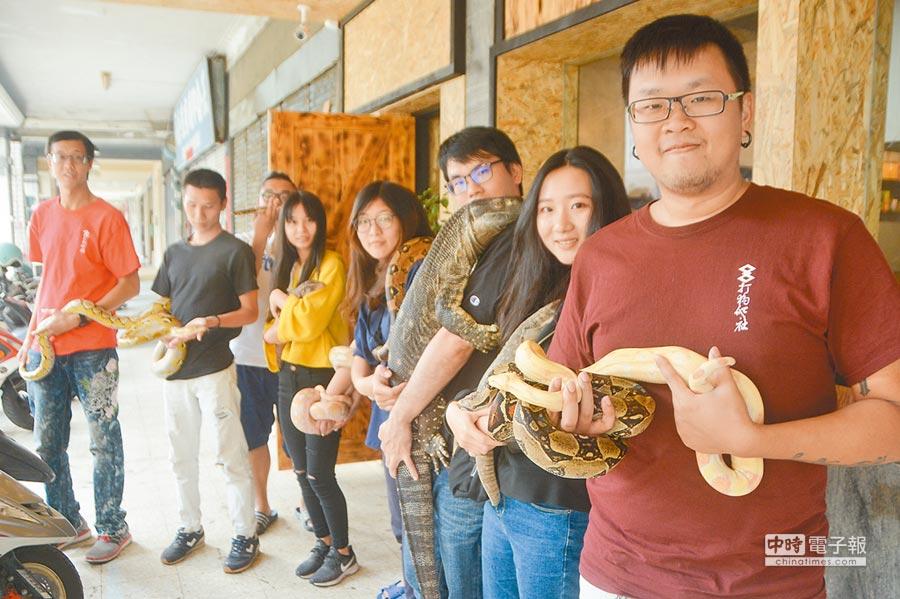 Eki(右一)號召成立「打狗爬社」,與熱愛爬蟲類寵物的同好們常舉辦曬爬活動,互相交流心得。(林宏聰攝)