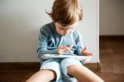 醫師警告2歲前不該碰手機!孩子出現「這3現象」趕緊檢查