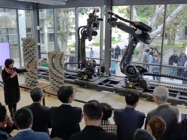 邁向營建智慧時代,逢甲大學打造一座「RoSoCoop數位製造合作社」,建置7台大小不同的機械手臂,吸引許多產官學界專家參觀。(林欣儀攝)