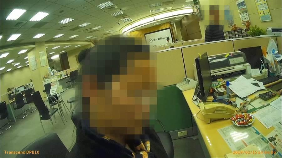 郭女到銀行欲匯款到海外,被行員及員警耐心勸阻,防止她繼續被騙。(林郁平翻攝)