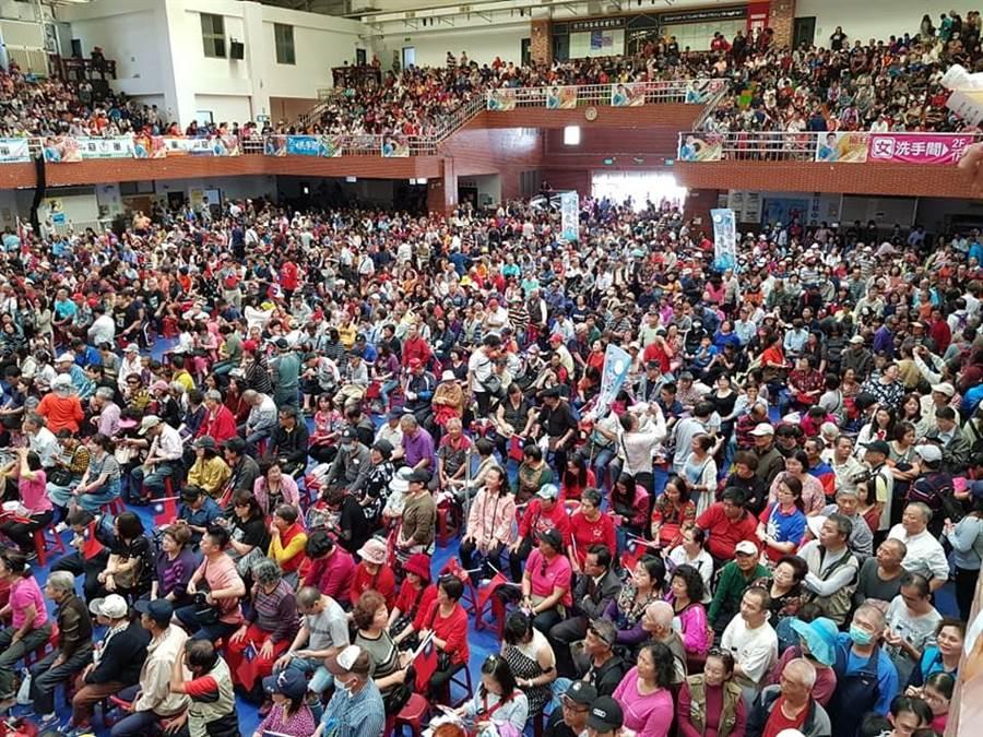 韓粉貼出謝龍介造勢場人多到滿出來。(韓國瑜後援會)