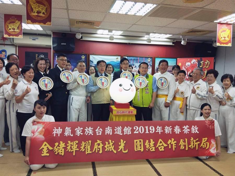 台南市長黃偉哲帶領太極門人員及來賓手持「指南針盾牌」,象徵鼓勵大家一起運用智慧解決衝突,早日實現世界和平。(洪榮志攝)