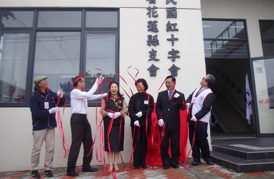 紅十字會花蓮備災中心落成啟用,縣長徐榛蔚(左三)、中華紅會總會長王清峰(左二)揭牌。(許家寧攝)