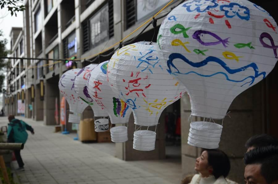 龜山區文青里民16日在里內彩繪燈籠,將沿著文青路懸掛250盞,增加過節氣息。(賴佑維攝)