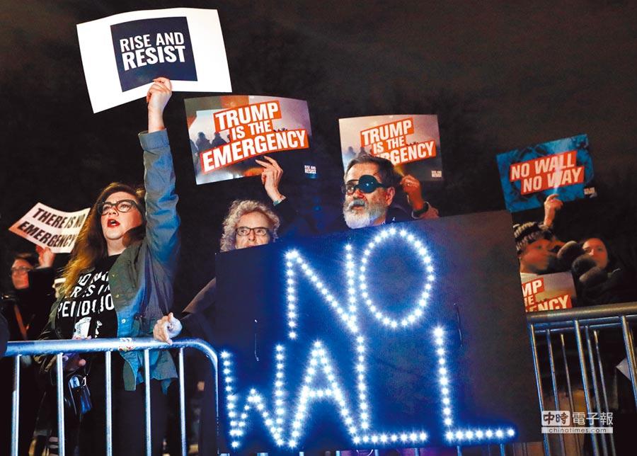 美國總統川普15日宣布國家緊急狀態,為建邊境牆籌款。稍後一群示威者聚集在紐約川普國際飯店大廈外抗議,高舉「不要牆」的標語。(路透)
