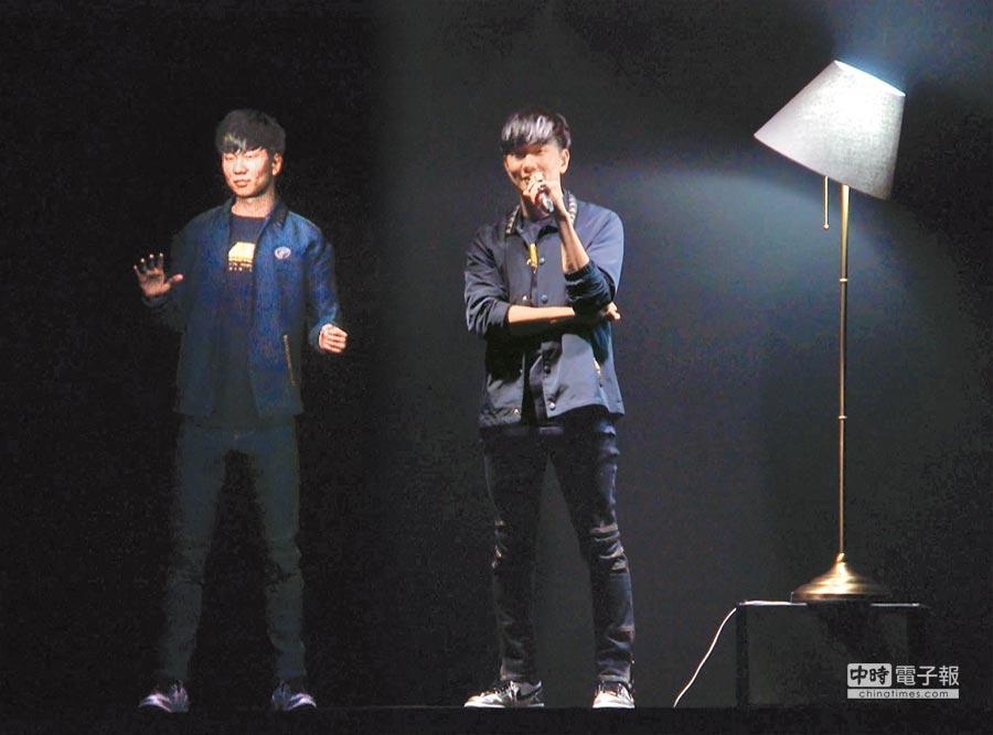 JJ(右)與M.E.虛擬人對話互動。