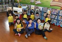 打開書扉翻轉孩子的世界 道家人文協會赴偏鄉贈書